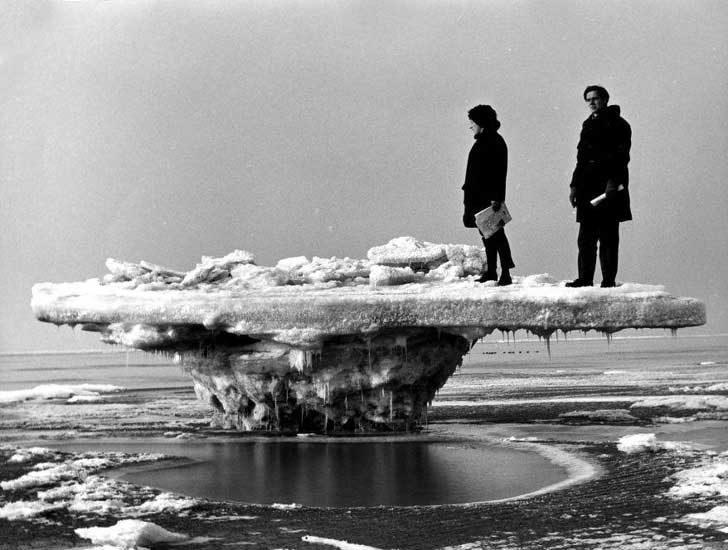 Ледено образувание, напомнящо на маса, образувало се по време на отлив през мразовитата зима на 1963 г. в Холандия