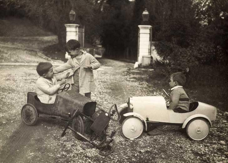 Момчета по време на ПТП между количка с педали и триколка, Холандия, 1935 г.