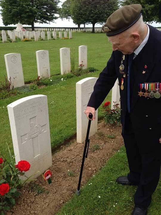 """""""Дядо ми отдава уважение към неговия командващ офицер, който не е имал шанса да се прибере у дома след войната заедно със своите войници"""""""