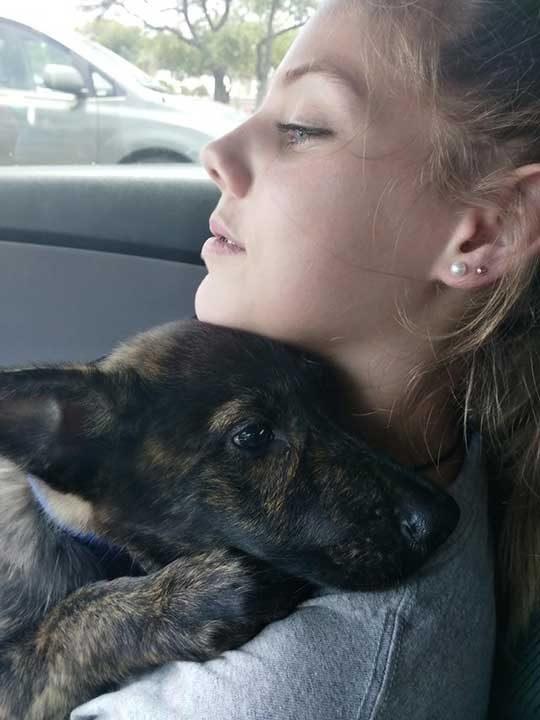 """""""Дъщеря ми обича изключително много кучета. С месеци ни умолява да осиновим още едно и дори плати таксите с нейните собствени спестявания. На тази снимка тя е с третото ни осиновено куче - Дейзи"""""""