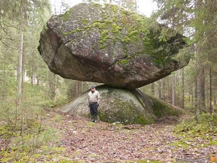 Два огромни камъка, които природата е поставила в перфектния баланс
