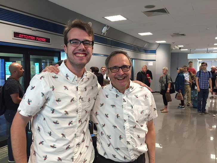 """""""Трябваха ми само 16 часа път със самолет, за да срещна този човек, носещ същата риза на папагали в Рим"""""""
