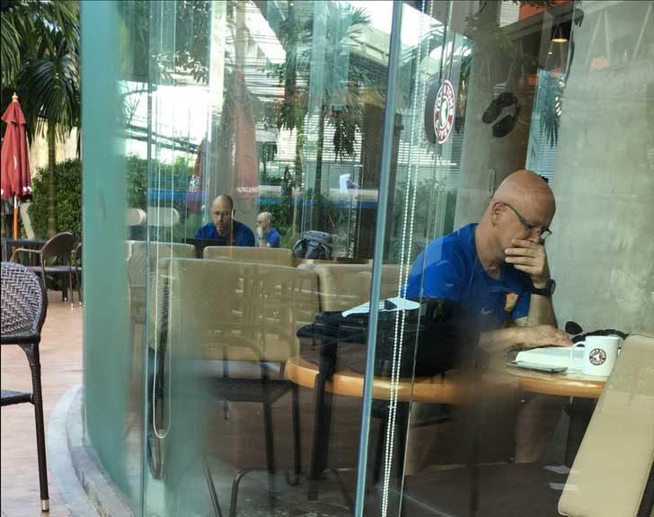 """""""Бъг в матрицата в кварталното кафе днес"""""""