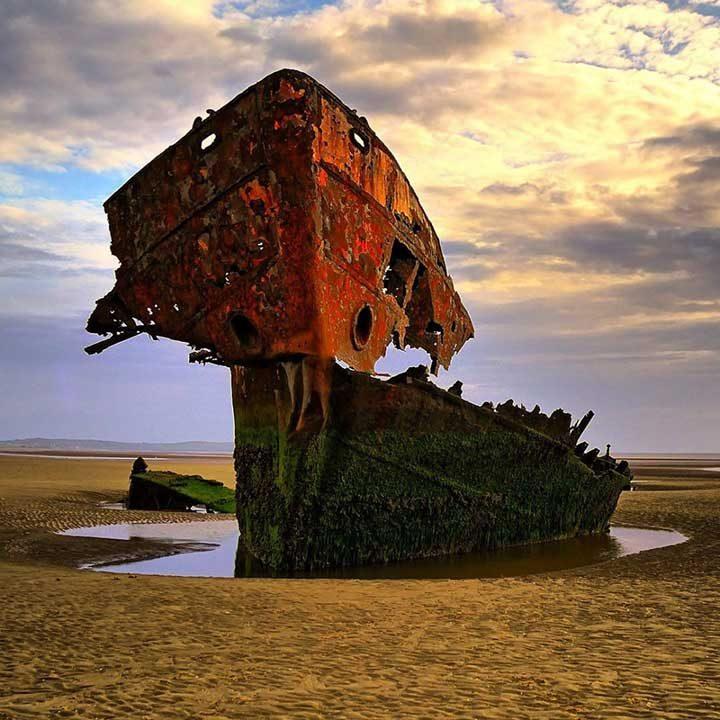 Скелетът на стар кораб в област Лаут, Ирландия