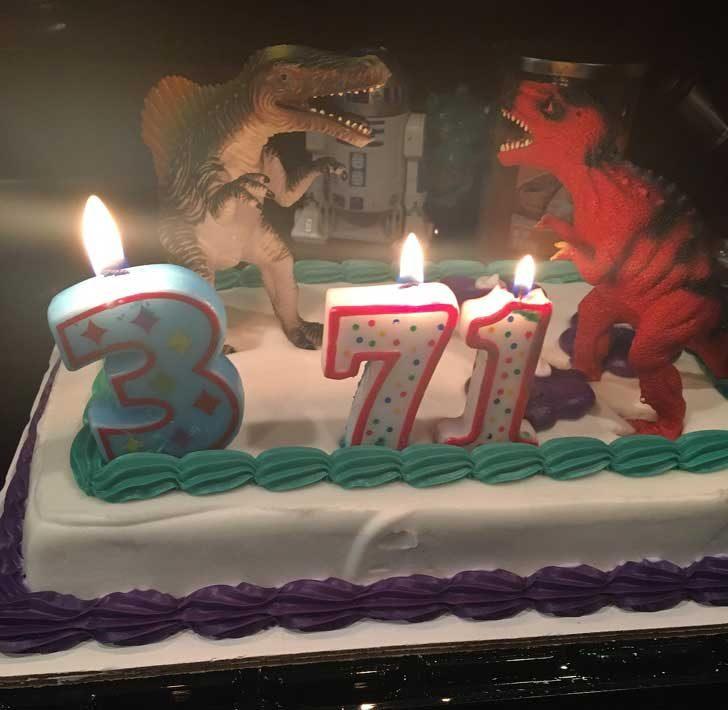 """""""Жена ми става на 38. В посления момент се усетих, че нямам свещ за торта с номер 8, така че импровизирах"""""""