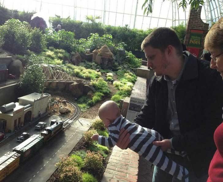 Не се притеснявай, всъщност животът на бебето е в пълна безопасност на тази снимка