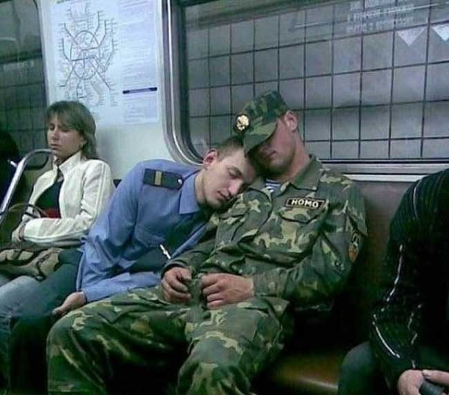 Когато толкова ти се спи... Кой не е заспивал на рамото на непознат?