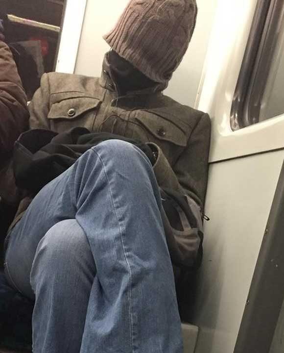 """""""Този човек седеше срещу мен в метрото. Мисля, че определено не е от хората, които обичат да стават рано сутрин"""""""