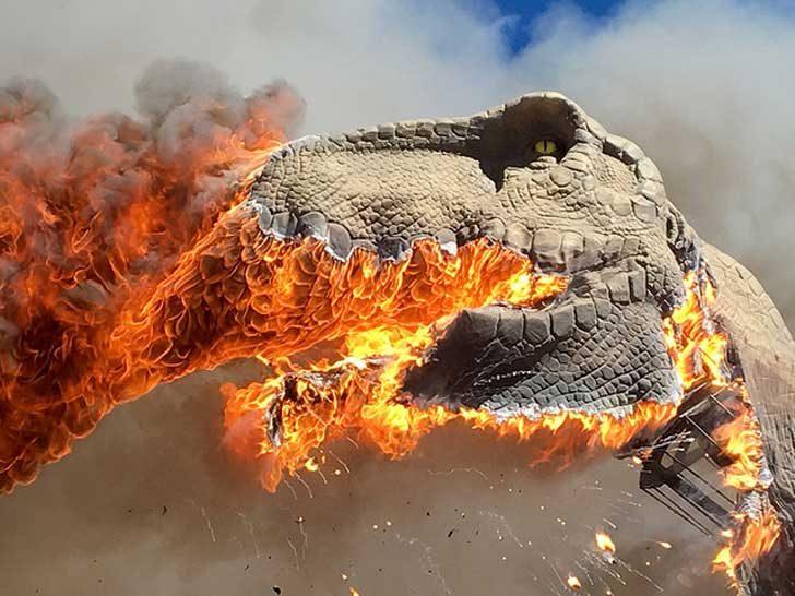 Горящ тиранозавър в музей на динозаврите
