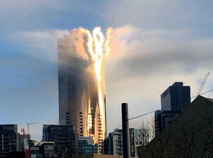 Това не е пожар, а отражението на Слънцето в сградата на казино в Мелбърн, Австралия