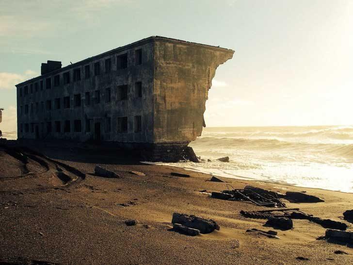 Изоставена жилищна сграда, която морето бавно поглъща в бившето рибарско селище Кировски, Русия