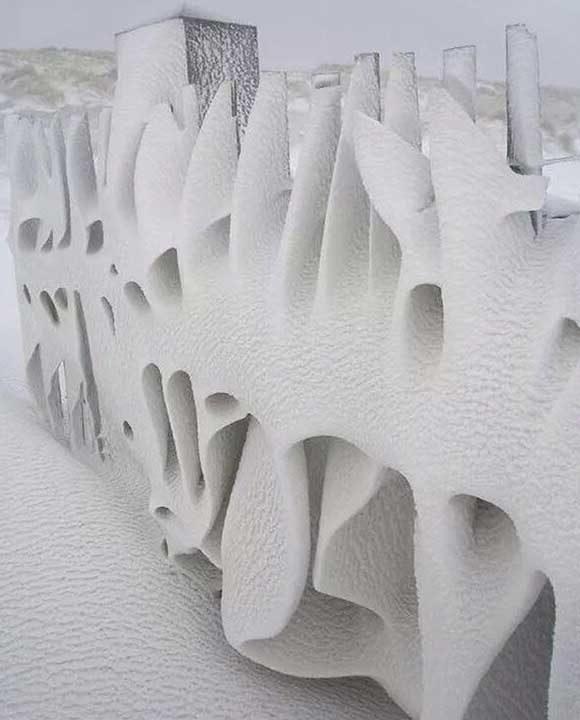 Това не е рисунка, а ограда, навята от снега
