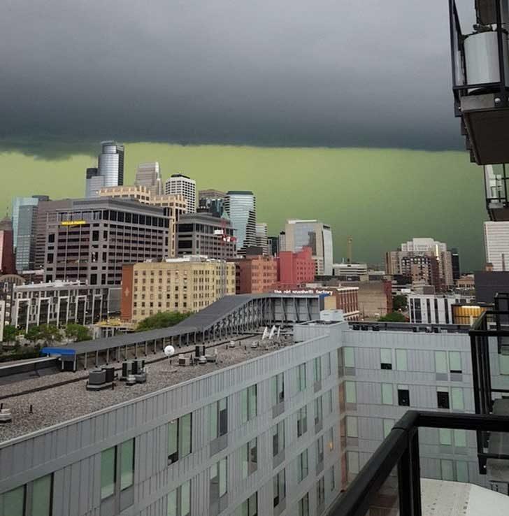 Тази буря е сменила цвета на небето в зелено