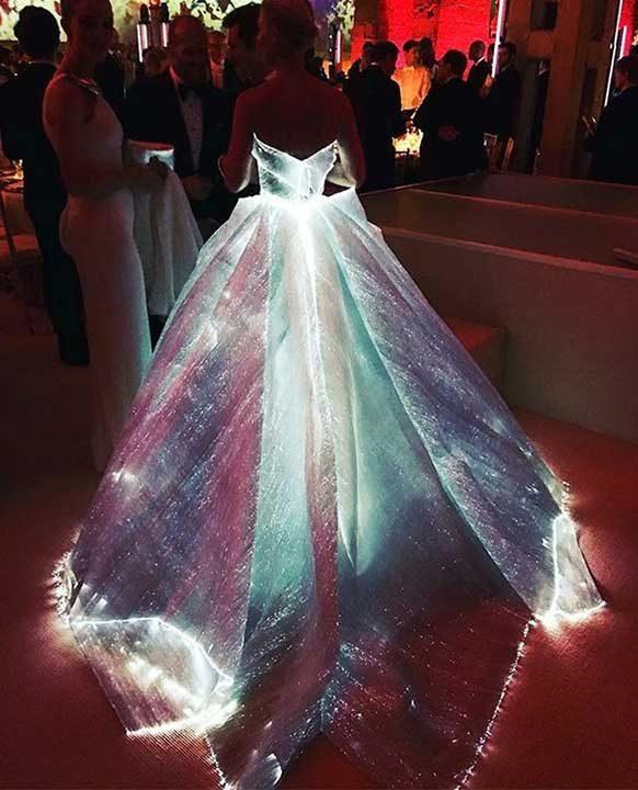Тази светеща рокля е създадена с оптични влакна