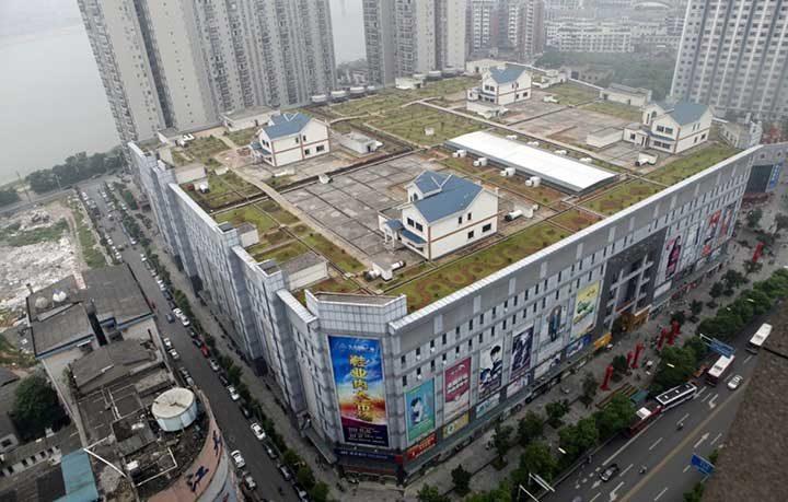 Къщи на покрива на търговски център в Хунан, Китай