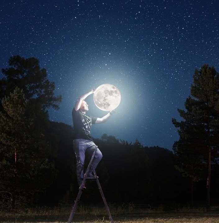 Сега знаем, кой слага Луната на небето