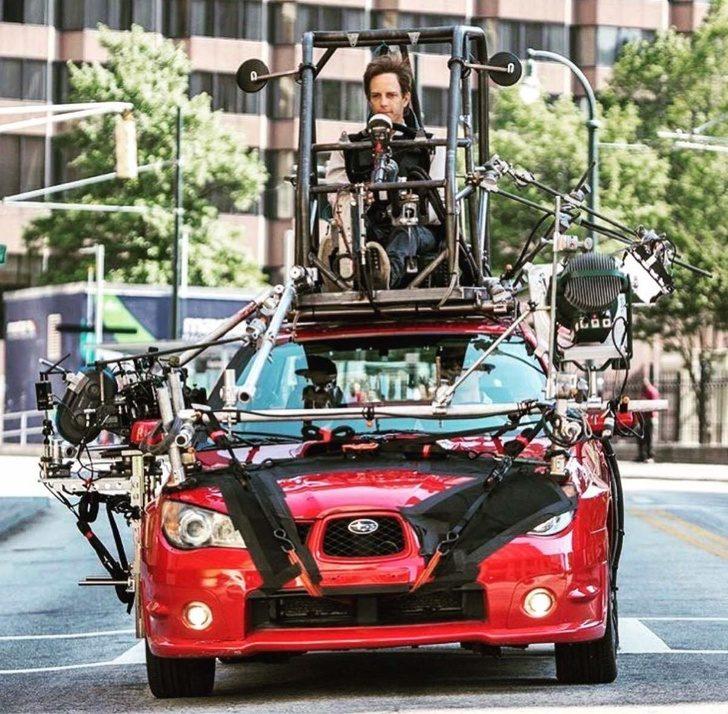"""Във филма """"Зад волана"""", където бебе шофира, на покрива на автомобила всъщност има друг човек, който управлява колата"""