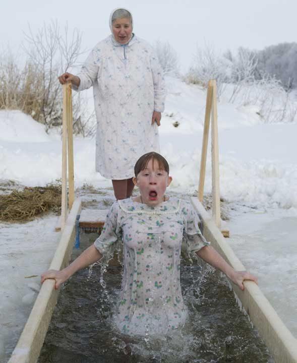 Само в Русия хората могат да се къпят в ледена дупка!