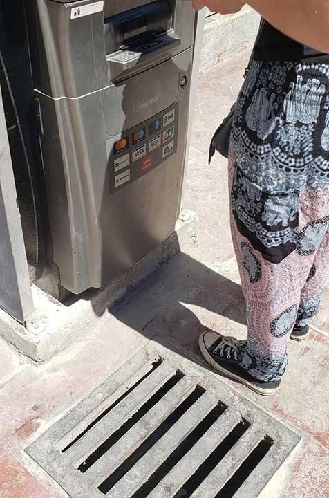 Само се моли да не изпускаш нищо край този банкомат...