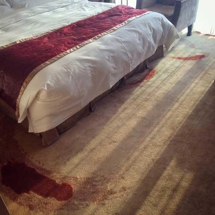 """""""Килимът в тази хотелска стая в Пекин прилича на сцена от местопрестъпление"""""""