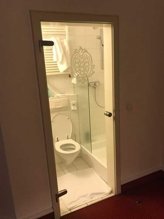 """""""Защо прозрачните врати за баня са толкова популярни? По-евтини ли са?"""""""