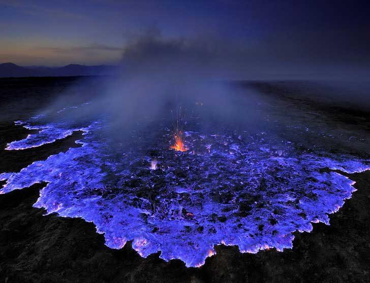 Синя лава от вулканично изригване в Индонезия