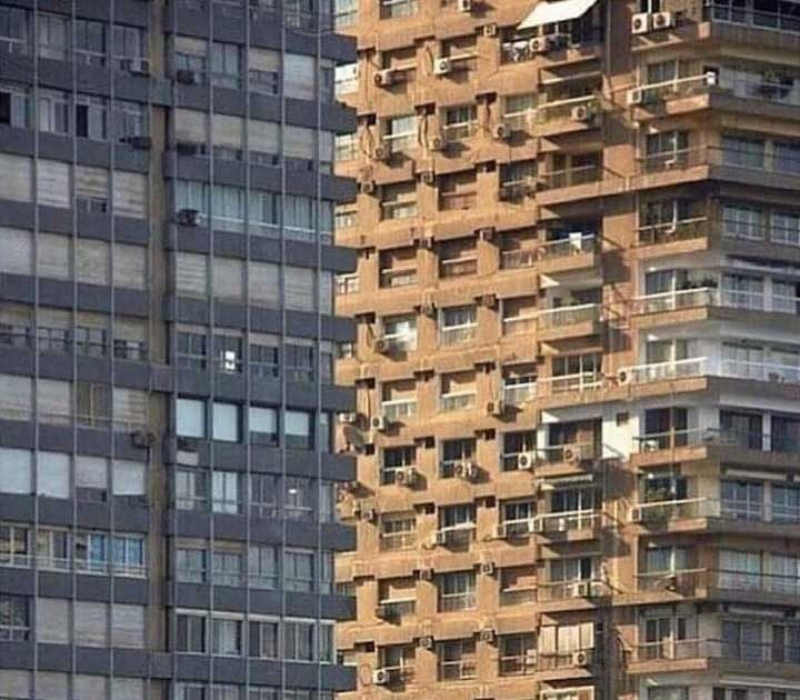 Тези две сграда, които е невъзможно да разбереш, коя е отпред и коя отзад...