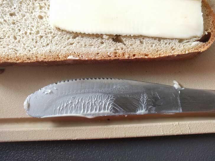Остатъците от масло по ножа приличат на гъста гора...
