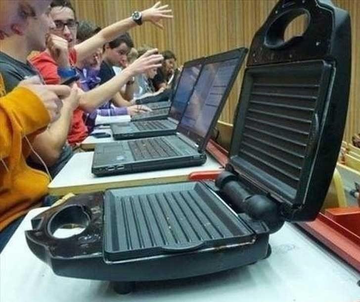 Този лаптоп не е ли малко странен?