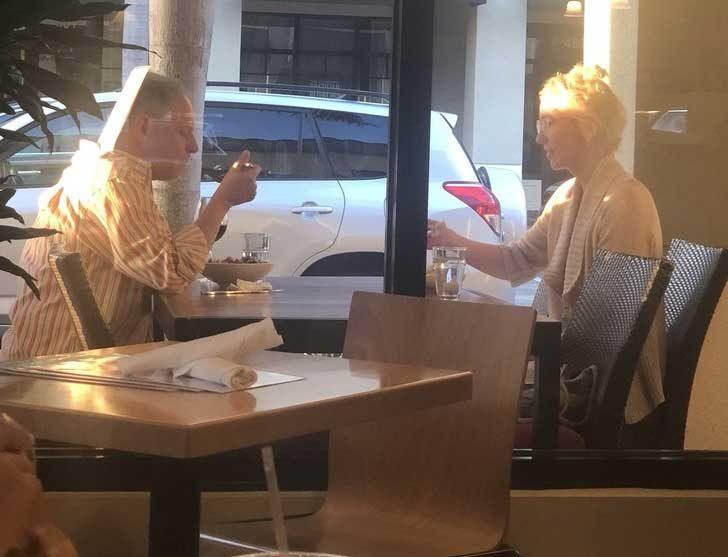 Бях навън да вечерям и попаднах на тази гледка. Залезът заслепяваше жената на масата отвън, затова мъжът беше закрепил менюто за врата си, отразявайки Слънцето