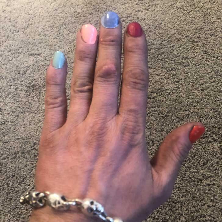 """""""Аз съм самотен баща и автомеханик. Ръцете ми обикновено не са особено чисти, но моите малки момичета винаги се грижат много старателно за ноктите ми"""""""