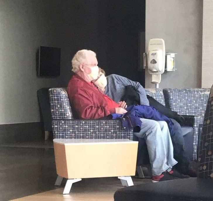 """""""Тази двойка ме разплака от умиление, докато чаках в болницата. Той я беше оставил да полегне върху него, за да се почувства тя максимално удобно, доколкото е възможно на креслата в чакалнята"""""""