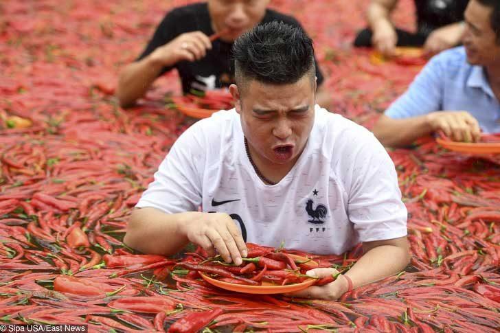 В Китай можеш да вземеш участие в състезание, където хората се надяждат с люти чушки, потопени в басейн. Надяваме се, че тази надпревара си заслужава жертвите!