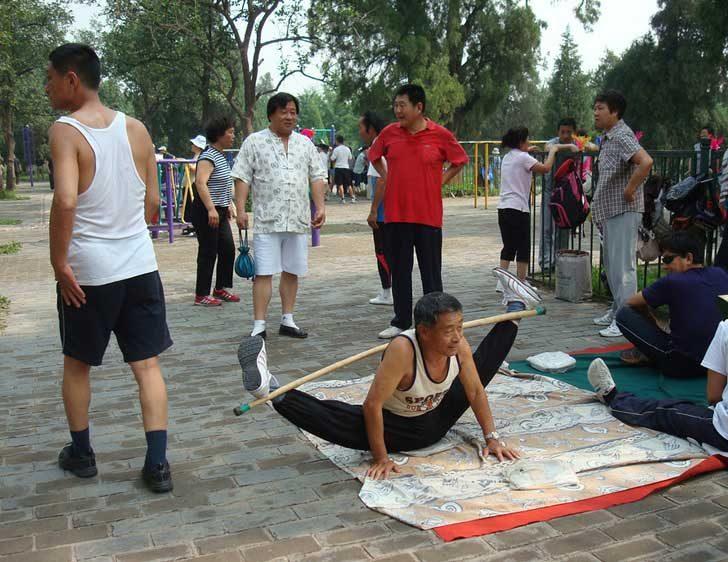 Груповите упражнения на открито помагат на китайците да бъдат в добра форма