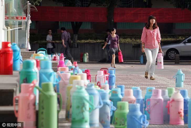Китайците винаги носят със себе си термос с топла вода. Пиенето на топла вода спомага предпазването от множество заболявания. Какво да правиш, ако се разболееш? Пий вода!