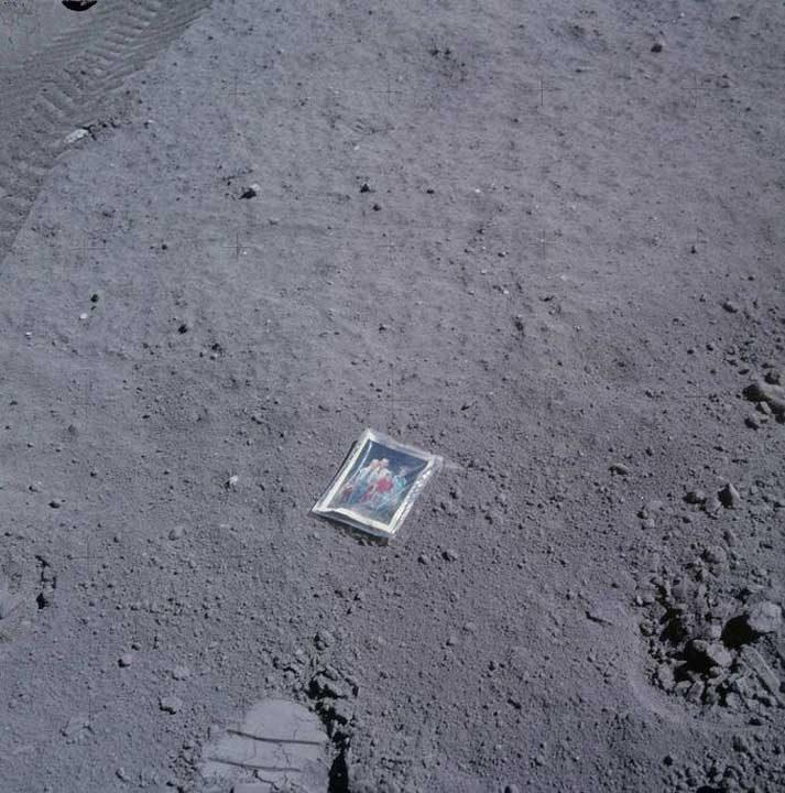 Астронавтът Чарлс Дюк е оставил негова семейна снимка върху повърхността на Луната по време на мисията си през 1972 г.