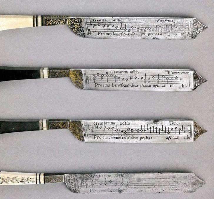 Изключително древен комплект ножове от 16-ти век, гравирани с музикални партитури, които позволяват на гостите да пеят, след като са приключили с храненето