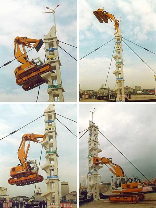 Багер изкачва специално построена за целта кула с цел, да се демонстрира мощта му