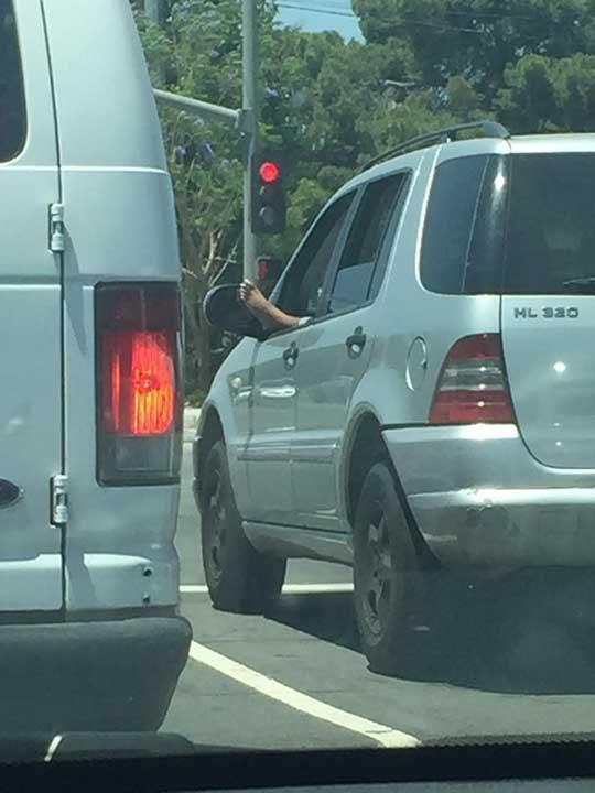 Очевидно натиска педала за газта с ръка