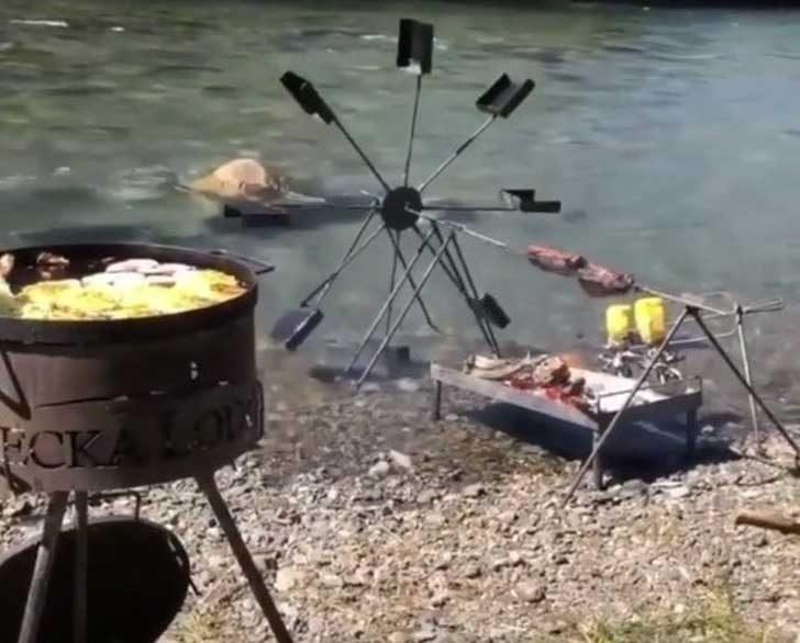 Как да завъртиш месо на шиш, когато си край реката