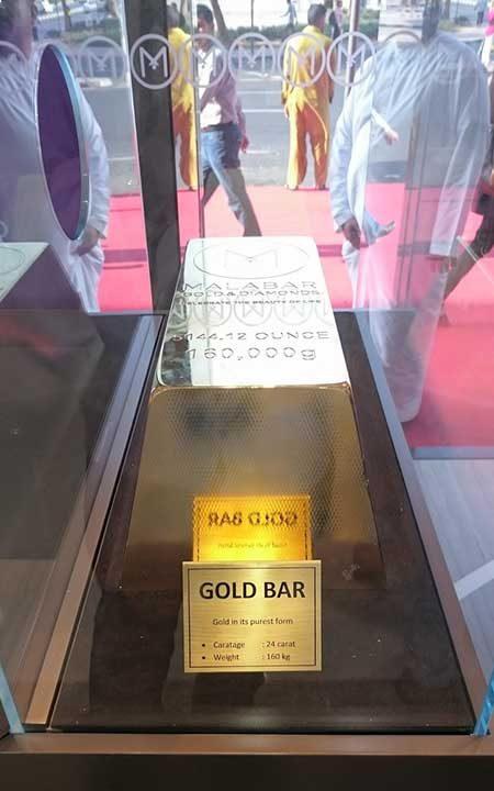 160-килограмово златно кюлче на витрината в магазина. Каква хубава домашна деокрация!