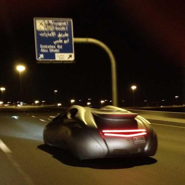 В Дубай сигурно имат машина на времето. Как иначе можеш да обясниш космическите кораби по пътищата?