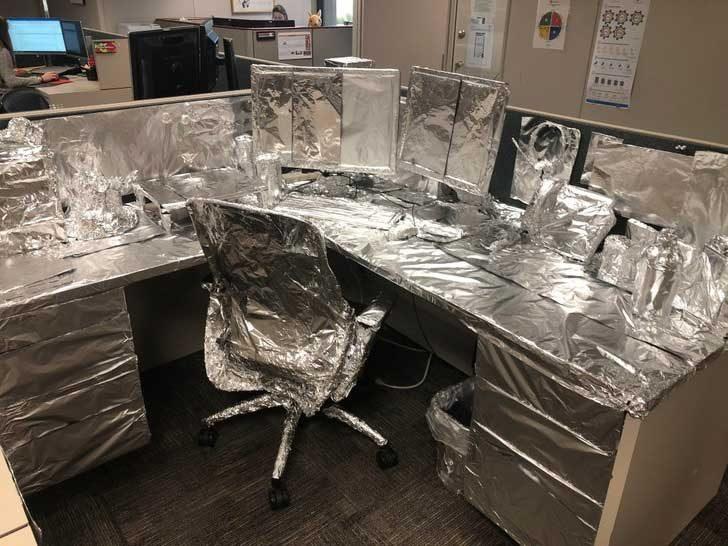 """""""Върнах се в офиса след дълга почивка и ето как открих бюрото си. Благодаря ви, мили колеги!"""""""