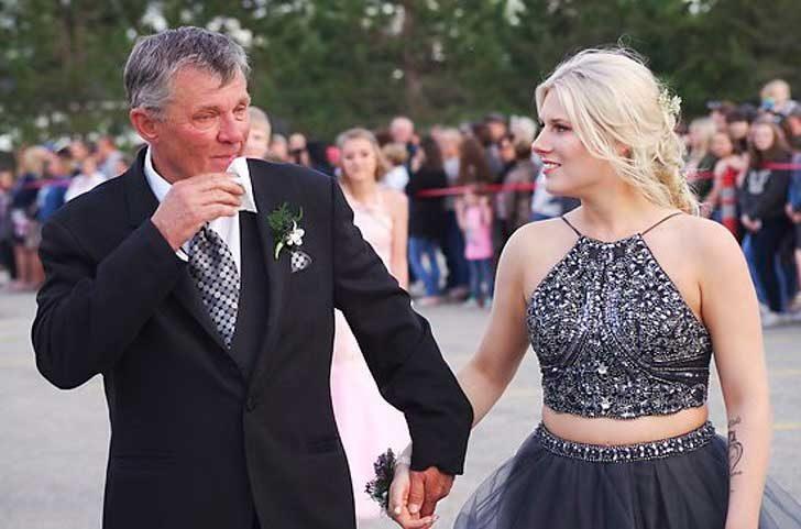 Баща, който ходи заедно с дамата за бала на сина си. Той е починал в автомобилна катастрова през май