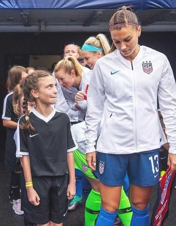 Момиче, което се възхищава на любимата си футболистка