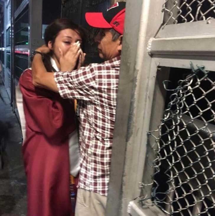 Гимназистка, която среща баща си на граничен мост, следд като той не е успял да присъства на дипломирането ѝ