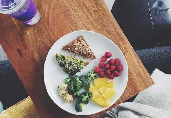 Плодове, зеленчуци и питателна препечена филийка
