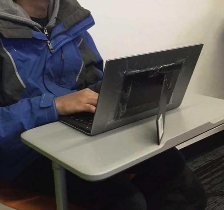Ако пантите на лаптопа ти се счупят, използвай рамка за снимки като временно решение на проблема