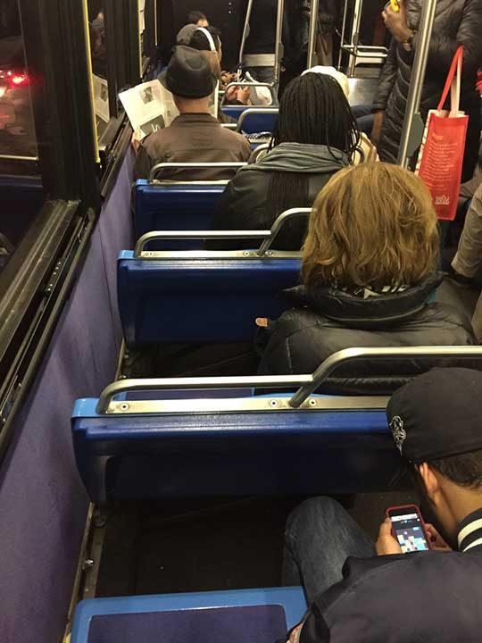 Хората, които сядат така в градския транспорт и блокират и вътрешната седалка!...