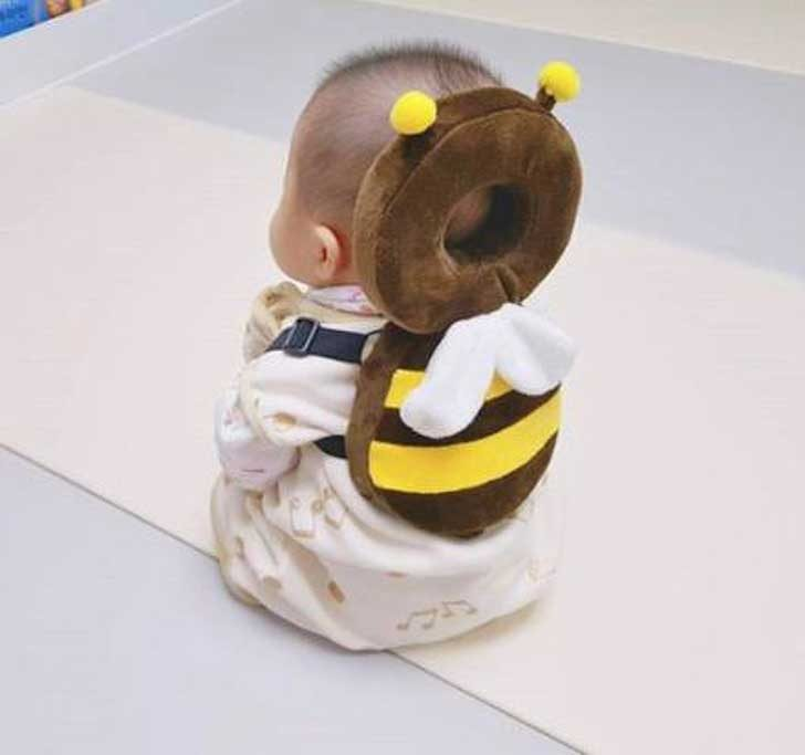 Винаги има опасност бебето да падне и да си удари главата в нещо. Раница като тази ще го предпази, а и изглежда толкова сладко